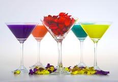 El vidrio de martini aisló en un fondo blanco Imagen de archivo