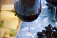 El vidrio de merlot del vino, uvas sube a la tarjeta natural del vintage del menú creativo de la celebración del vintage del aper foto de archivo libre de regalías
