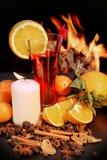El vidrio de rojo reflexionó sobre el vino y las llamas en fondo Imágenes de archivo libres de regalías