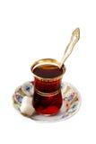El vidrio de té turco tradicional con el azúcar y la cuchara Imagen de archivo libre de regalías