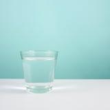 El vidrio del agua pura (1) imagen de archivo