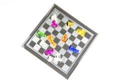 El vidrio del ajedrez se coloca en el tablero imagenes de archivo