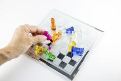 El vidrio del ajedrez se coloca en el tablero foto de archivo libre de regalías