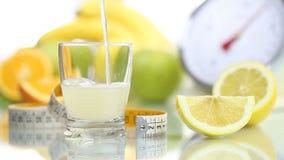 El vidrio del jugo de limón vertido, escalas del metro de la fruta adieta la comida