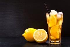 El vidrio del limón heló té Imagenes de archivo
