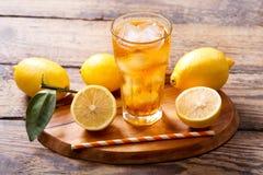 El vidrio del limón heló té con las frutas frescas Foto de archivo libre de regalías