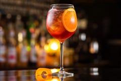 El vidrio del primer de spritz el cóctel del aperol adornado con la naranja Fotografía de archivo libre de regalías