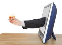 El vidrio del whisky en mano del hombre de negocios inclina hacia fuera la TV Foto de archivo libre de regalías