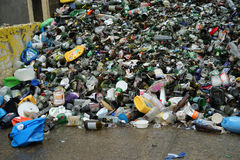 El vidrio, el plástico, y los envases de aluminio pueden ser reciclados imagenes de archivo