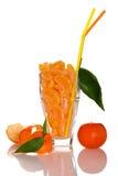 El vidrio grande llenó de las rebanadas anaranjadas de los agrios del mandarín, decoración Foto de archivo