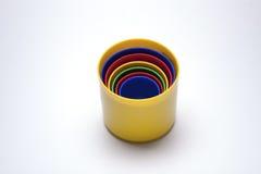 El vidrio juega a niños plásticos del color Foto de archivo