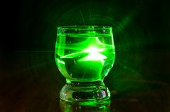 El vidrio líquido es verde encendido imágenes de archivo libres de regalías