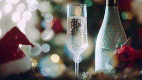 El vidrio llenó de champán y de la botella de champán el noche de los Años Nuevos almacen de metraje de vídeo