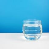 El vidrio medio de agua pura foto de archivo