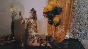 El vidrio que tintinea de la mujer alegre de champán en el partido sobre las estrellas de oro del día de fiesta hincha el fondo M almacen de video