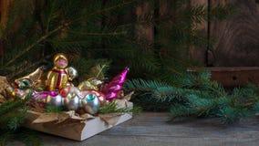 El vidrio ruso soviético viejo del Año Nuevo de la Navidad juega la decoración en el vintage retro del fondo de madera Imágenes de archivo libres de regalías