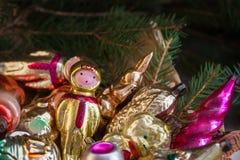 El vidrio ruso soviético viejo del Año Nuevo de la Navidad juega la decoración en el vintage retro del fondo de madera Foto de archivo