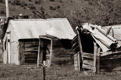 El vieja caer abajo vertientes rústicas de la granja en imagen entonada sepia fotografía de archivo