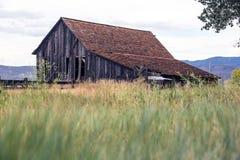 El vieja caer granero abajo abandonado Fotografía de archivo