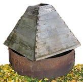 El viejo abandonada secado-para arriba bien en el bosque del otoño Fotografía de archivo