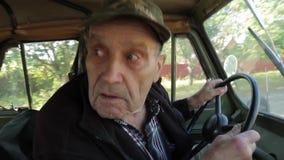 El viejo abuelo va en una camioneta pickup retra almacen de video