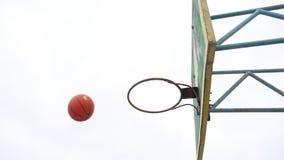 El viejo baloncesto del aro del deporte que la visión inferior al aire libre plancha la bola oxidada entra en la cesta almacen de video