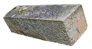 El viejo bloque sólido cubierto de musgo envejecido rectangular grande del granito rojo imagen de archivo libre de regalías