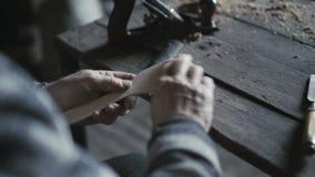 El viejo carpintero que corta las herramientas de madera en el taller 4K almacen de video