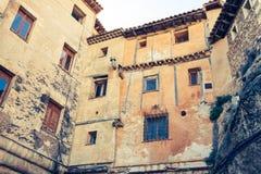 El viejo color contiene fachadas en Cuenca, España central Fotografía de archivo