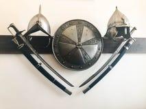 El viejo combate peligroso agudo medieval antiguo capturó las espadas, los sables, las armas afiladas y la armadura, escudos foto de archivo libre de regalías