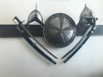 El viejo combate peligroso agudo medieval antiguo capturó las espadas, los sables, las armas afiladas y la armadura, escudos fotografía de archivo