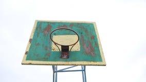 El viejo de baloncesto del aro de la opinión deporte oxidado inferior de la bola del hierro al aire libre entra en la cesta metrajes