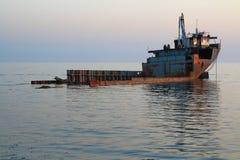 El viejo desconocido abandonado barge adentro el Mar Negro Kabardinka, Rusia Foto de archivo libre de regalías