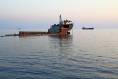 El viejo desconocido abandonado barge adentro el Mar Negro Kabardinka, Rusia Imagen de archivo libre de regalías