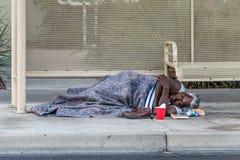 El viejo dormir sin hogar de la mujer fotografía de archivo