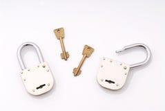 El viejo estilo abierto y cerrado padlocks con clave Fotos de archivo libres de regalías