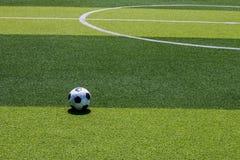 El viejo fútbol del fútbol en la línea blanca en el césped artificial Fotos de archivo