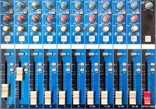 El viejo fondo del equipo o de la mezcladora de audio, tablero es un poco polvoriento Fotografía de archivo libre de regalías
