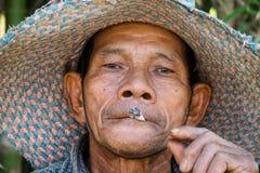 El viejo fumar asiático de los hombres Imágenes de archivo libres de regalías