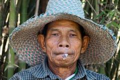 El viejo fumar asiático de los hombres Fotos de archivo