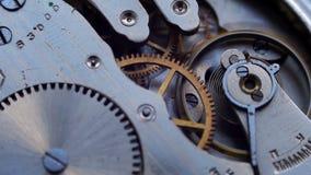 El viejo funcionamiento del mecanismo del reloj del vintage, primer tiró con el foco suave almacen de metraje de vídeo