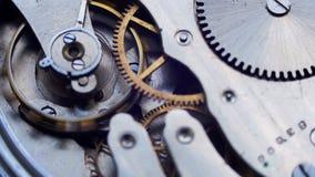 El viejo funcionamiento del mecanismo del reloj del vintage, primer tiró con el foco suave metrajes