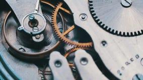 El viejo funcionamiento del mecanismo del reloj del vintage, primer tiró con el foco suave almacen de video