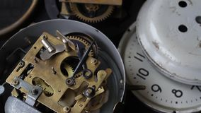 El viejo funcionamiento del mecanismo del reloj del vintage, primer tiró con el foco suave Ciérrese para arriba de un mecanismo d almacen de video