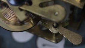 El viejo funcionamiento del mecanismo del reloj del vintage, primer tiró con el foco suave Ciérrese para arriba de un mecanismo d almacen de metraje de vídeo