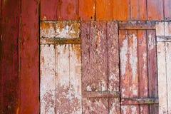 El viejo grunge y los tablones de madera rojos y blancos resistidos de la pared texturizan el fondo Fotos de archivo
