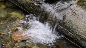 El viejo haz hacer una cascada en una corriente de la montaña almacen de metraje de vídeo