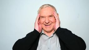 El viejo hombre alegre está riendo caluroso aisló en el fondo blanco metrajes
