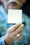 El viejo hombre asiático muestra su tarjeta de visita en blanco Fotos de archivo