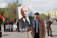 El viejo hombre con el retrato del fundador soviético Vladimir Lenin participa en la demostración del primero de mayo en Stalingr Foto de archivo libre de regalías